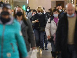 6366179 23.10.2020 Passengers wearing face masks walks at a metro station amid the coronavirus disease (COVID-19) outbreak, in Moscow, Russia. Evgeny Odinokov / Sputnik  via AP